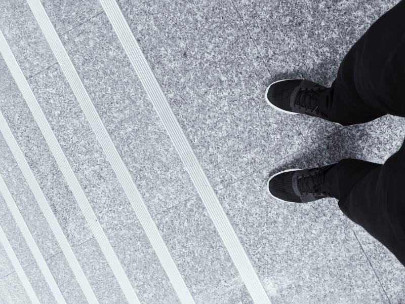 Wysoki kąt mężczyzny chodzenia puszek Na betonowych progach zdjęcia stock