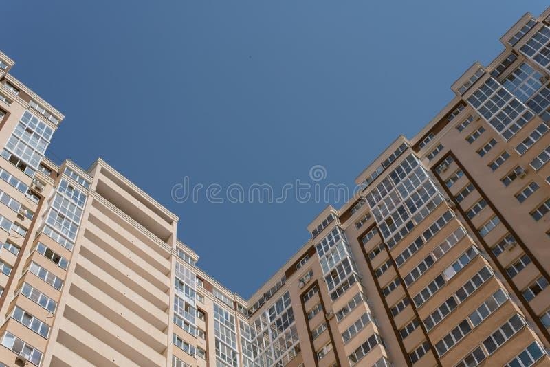 Wysoki kąt wysoki mieszkaniowy ceglany kompleks Nowy kondygnacja beżu dom z udziałami okno obraz stock