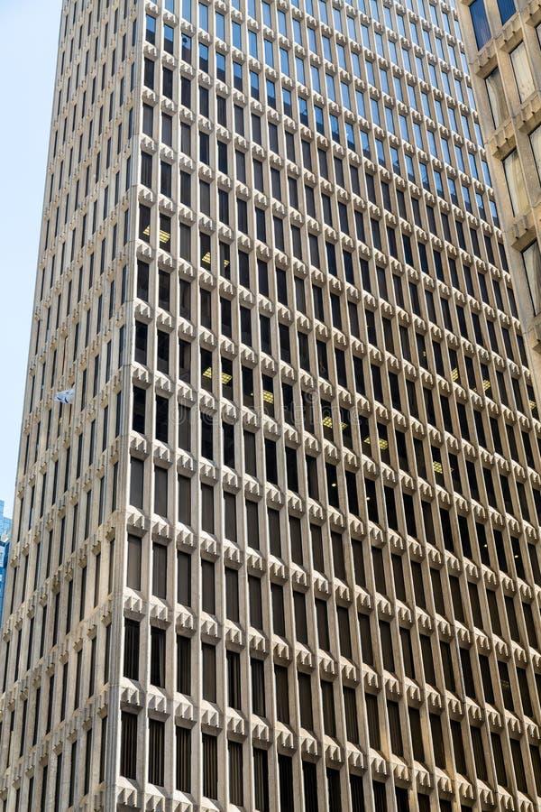 Wysoki Kamienny biura wierza z Wąskim Windows obraz royalty free