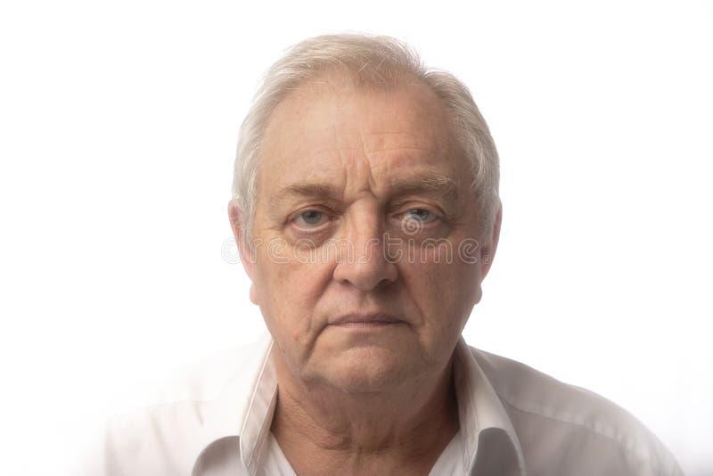 Wysoki kluczowy portret poważny starszy mężczyzna na białym tle zdjęcia royalty free