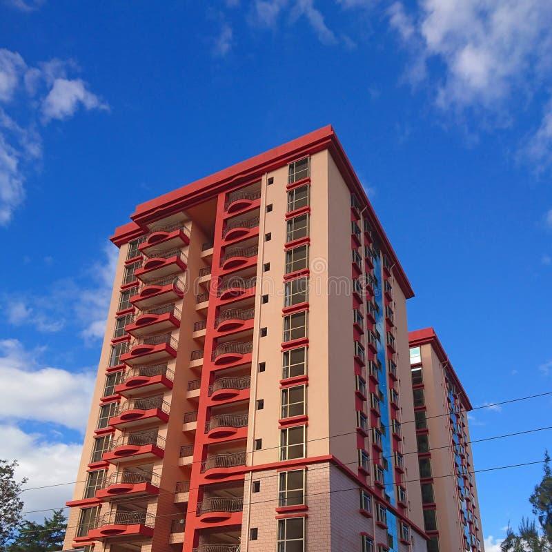 Wysoki kolorowy malujący struktury drapacz chmur obrazy stock