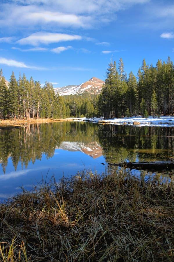 Download Wysoki kraju jezioro zdjęcie stock. Obraz złożonej z sierra - 13331488