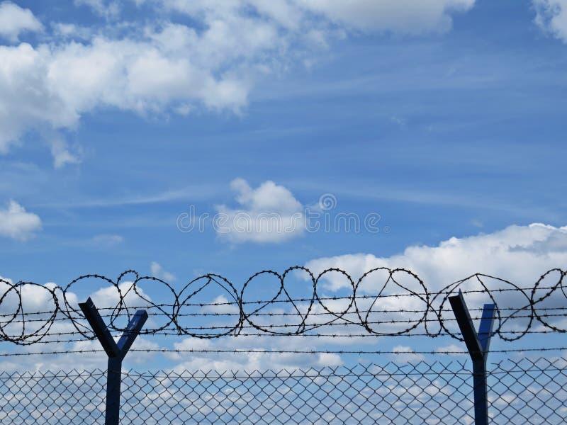 Wysoki Kruszcowy ochrona perymetru ogrodzenia poręcz z drutem kolczastym na wierzchołku fotografia royalty free