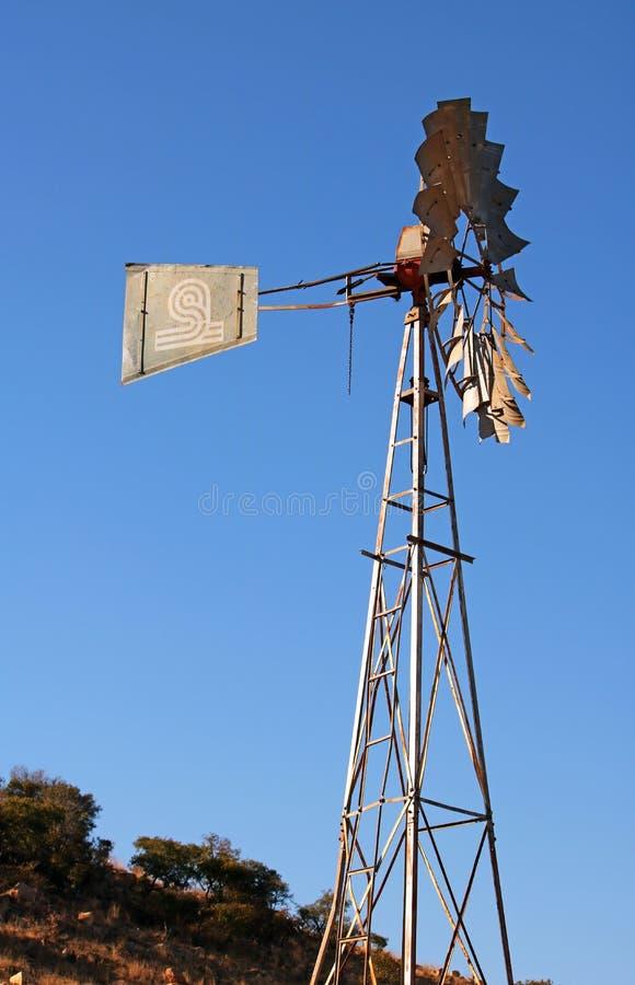 WYSOKI metal struktury wiatraczek PRZECIW niebieskiemu niebu obrazy royalty free