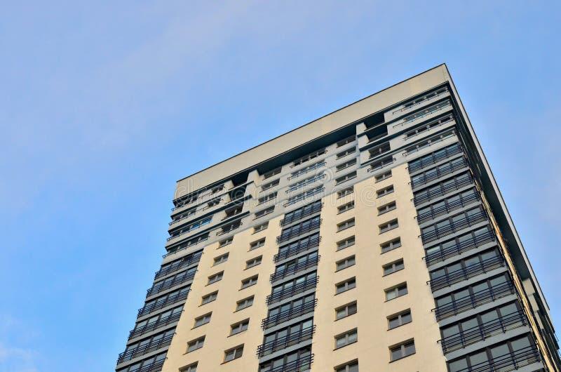 Wysoki mieszkaniowy kondygnacja budynek z okno i balkonami Tło i zdjęcie stock