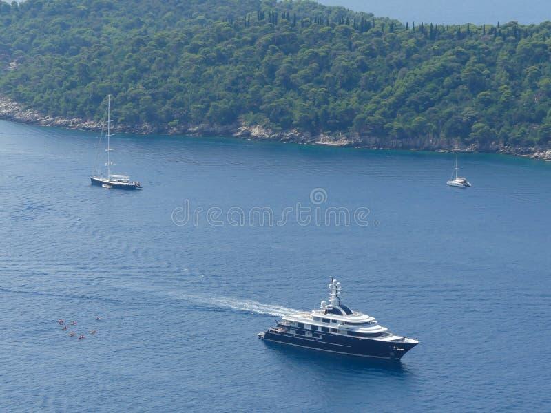 Wysoki panoramiczny widok luksusowi jachty wokoło Otoku Lokrum wyspy blisko Dubrovnik fotografia stock