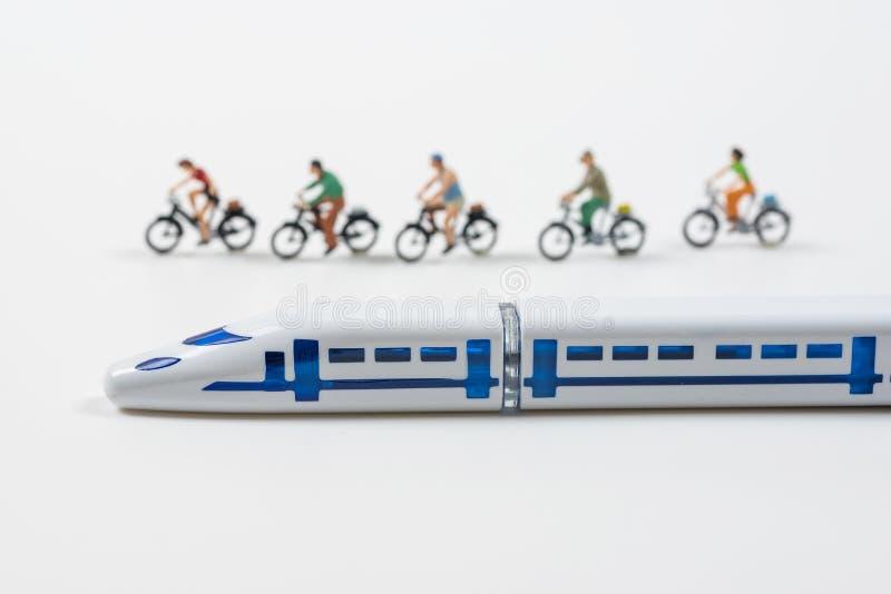 Wysoki prędkość pociągu model i miniatura zaludniamy jechać rower zdjęcia royalty free