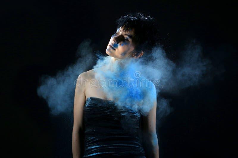 Wysoki prędkości fotografii Holi proszek na Pięknej kobiecie fotografia royalty free