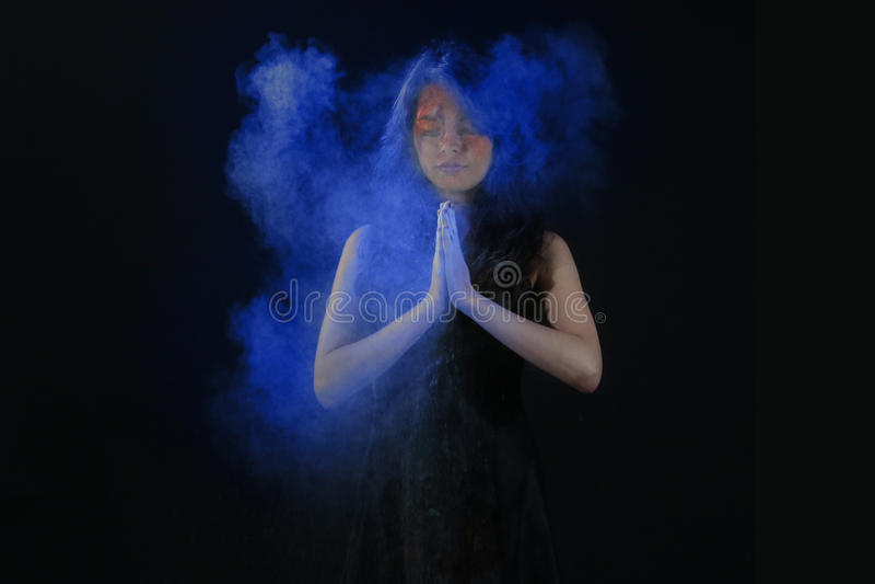 Wysoki prędkości fotografii Holi proszek na Pięknej kobiecie zdjęcia royalty free