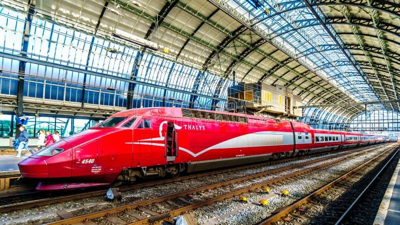 Wysoki prędkości Thalys pociąg przy Amsterdam centrali stacją Holandia fotografia royalty free