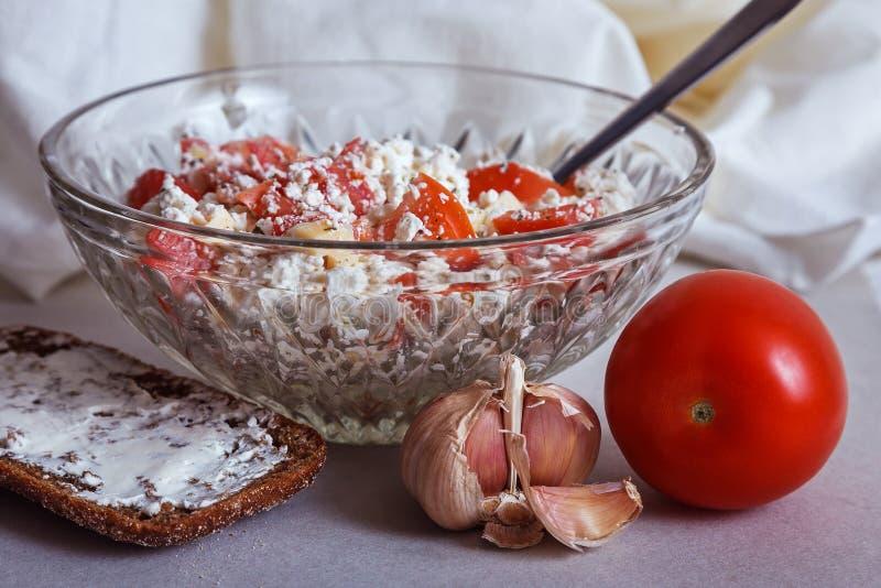 Wysoki - proteinowa diety chałupy sera sałatka zdjęcia stock