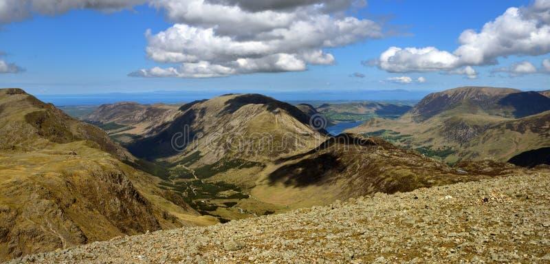 Wysoki przełaz i Wysoki Crag spilting dwa doliny fotografia stock