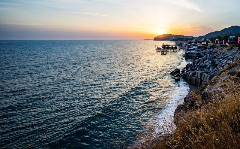 Wysoki skalisty wybrzeże i denne fale morze śródziemnomorskie obrazy stock