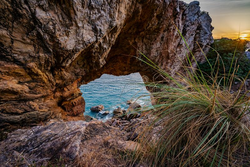Wysoki skalisty wybrzeże i denne fale morze śródziemnomorskie obrazy royalty free