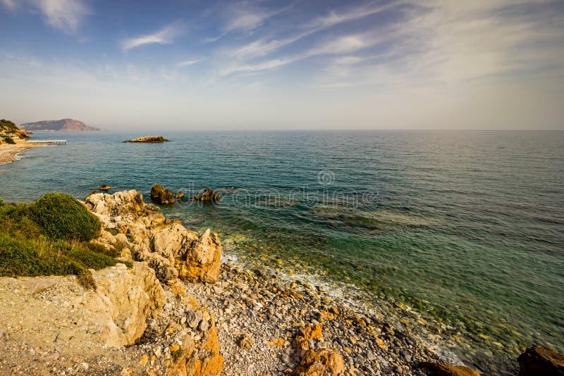 Wysoki skalisty wybrzeże i denne fale morze śródziemnomorskie obraz stock