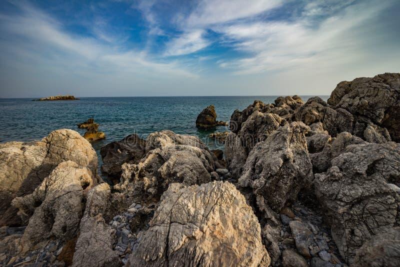 Wysoki skalisty wybrzeże i denne fale morze śródziemnomorskie zdjęcie royalty free