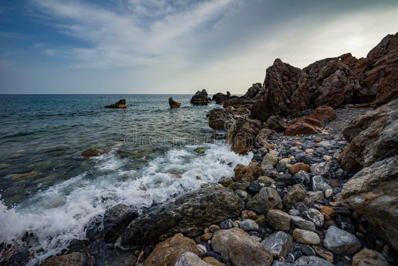 Wysoki skalisty wybrzeże i denne fale morze śródziemnomorskie obraz royalty free