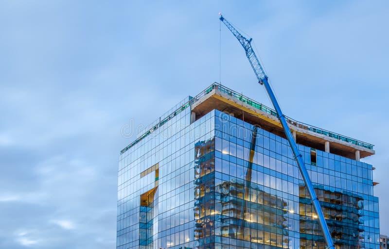 Wysoki szklany budynek w budowie zdjęcie royalty free