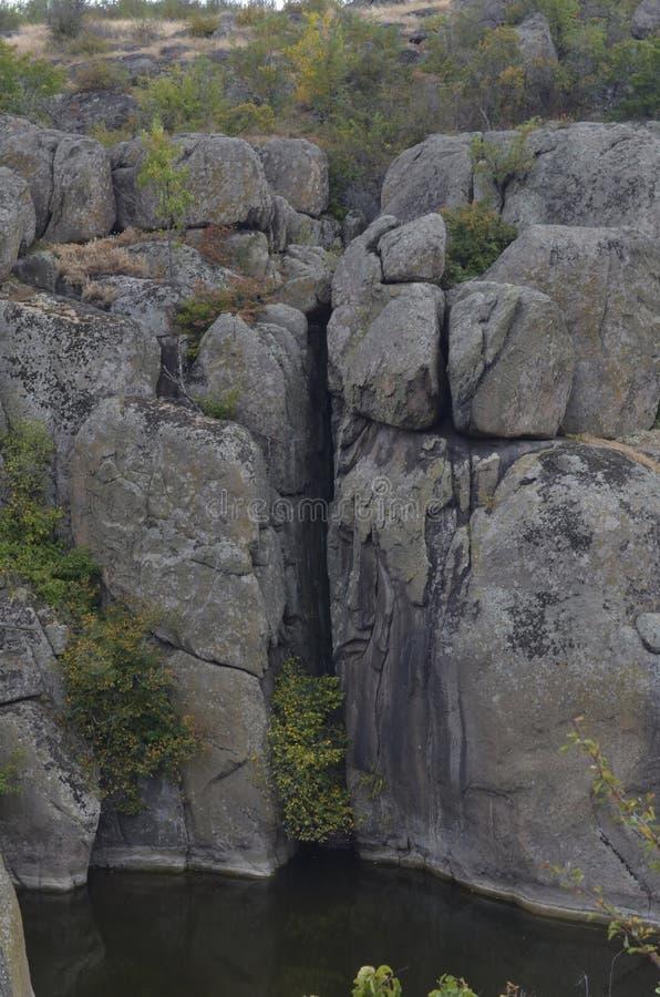 Wysoki wąwóz w skale rzeka z drugiej strony obrazy royalty free