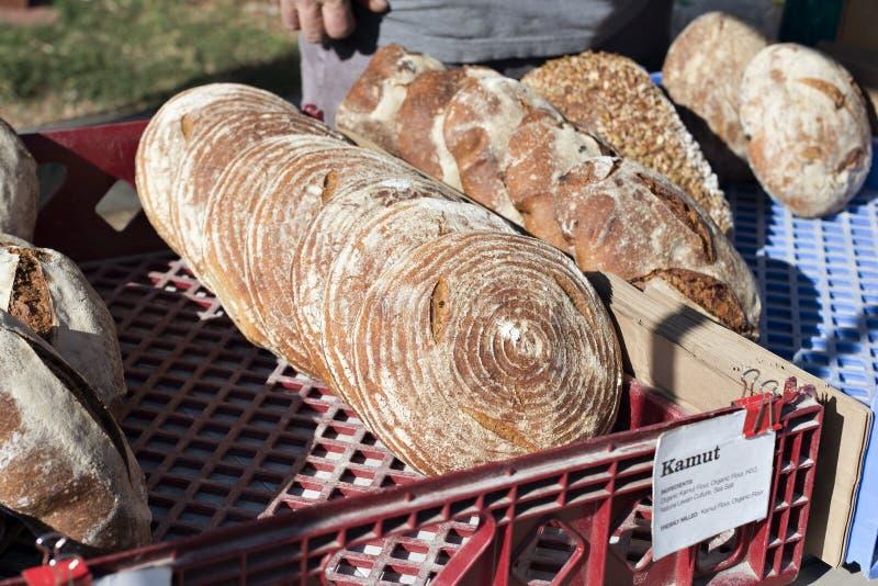 Wysoki widok Kamut chleb dla sprzedaży przy sprzedawcy kramem przy rolnika rynkiem zdjęcie stock