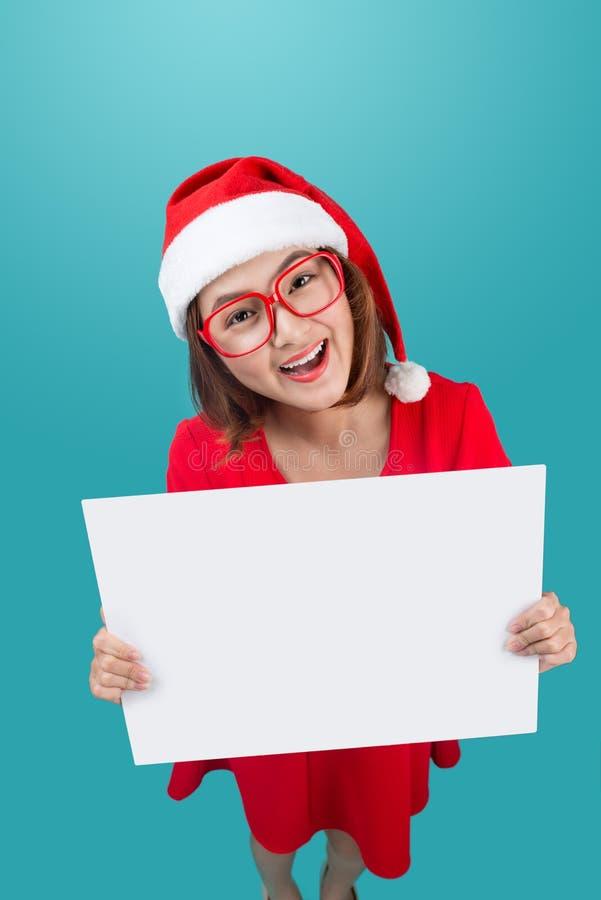Wysoki widok uśmiechać się pięknej szczęśliwej dziewczyny w bożego narodzenia Santa kapeluszu fotografia stock