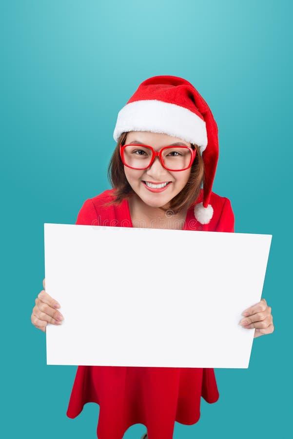 Wysoki widok uśmiechać się pięknej szczęśliwej dziewczyny w bożego narodzenia Santa kapeluszu fotografia royalty free
