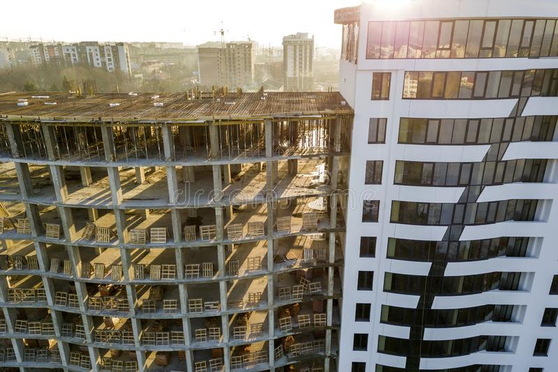Wysoki wielo- pi?trowy nowo?ytny mieszkanie lub budynek biurowy z b?yszcz?cymi okno i niedoko?czonym budynkiem w budowie zdjęcia stock