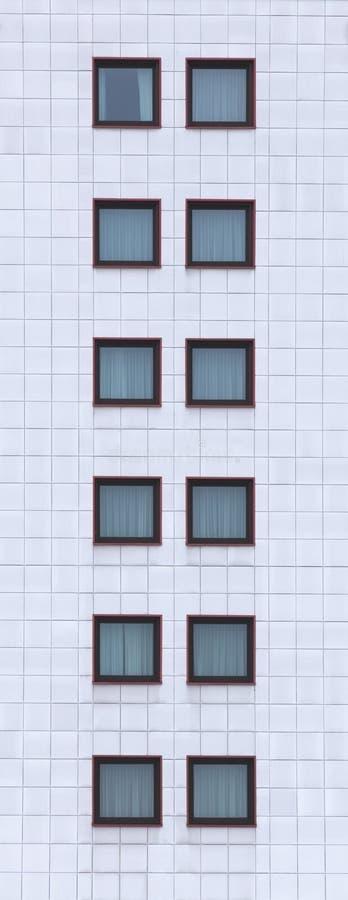 Wysoki wizerunek fasada z nadokiennymi taflami zdjęcia royalty free