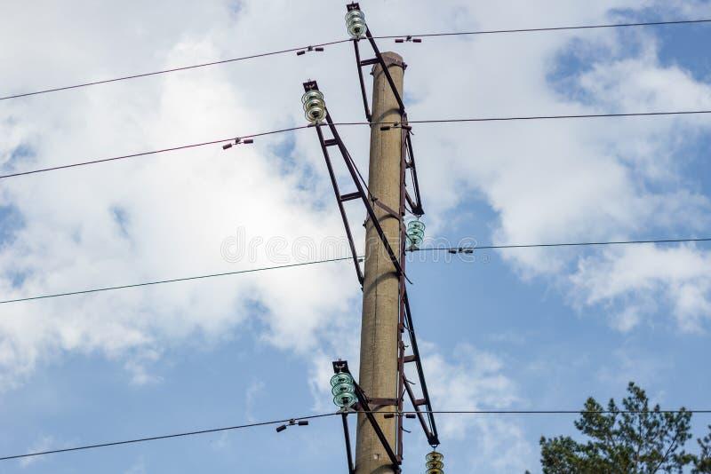 Wysoki woltaż linii energetycznej słup i druty obrazy stock