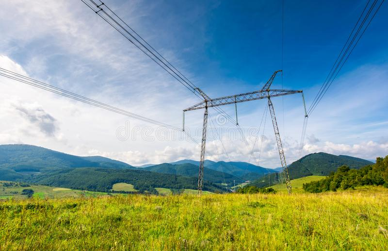 Wysoki woltaż linii energetycznych wierza w Karpackiej górze obrazy royalty free