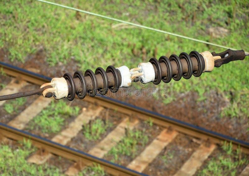 Wysoki woltażu kabel nad kolejowym śladem fotografia stock