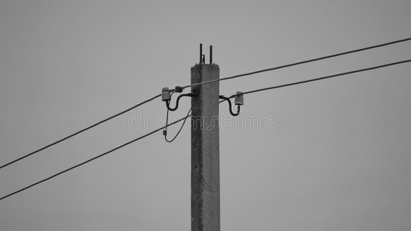 wysoki woltażu woltażu wierza przy nieba tłem Władza słupy i różnorodny drutowanie czarny white Linii energetycznej poczta fotografia stock