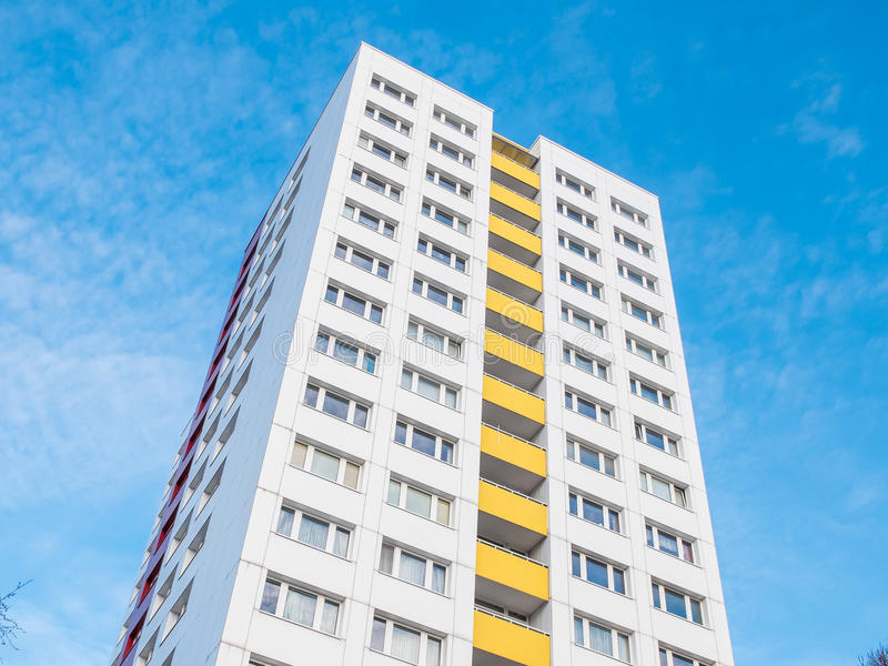 Wysoki wzrosta budynek mieszkaniowy z Żółtymi balkonami zdjęcia royalty free