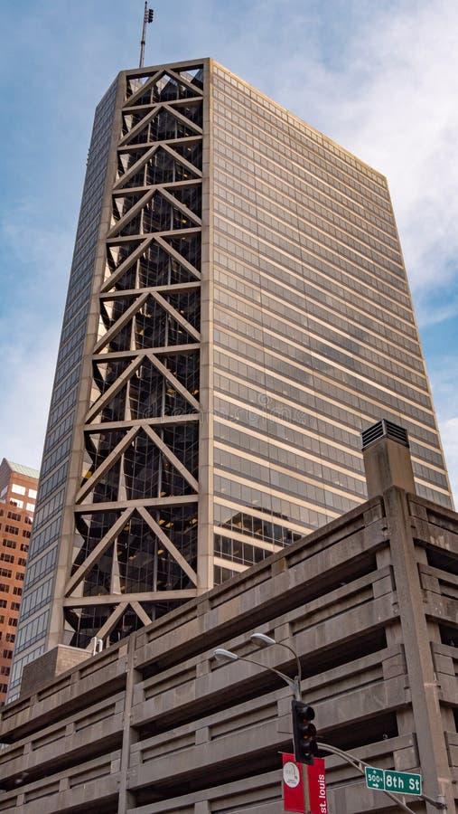 Wysoki wzrosta budynek przy St Louis śródmieściem - saint louis USA - CZERWIEC 19, 2019 zdjęcie stock