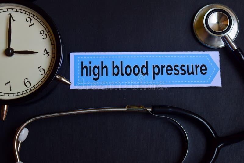 Wysokie Ciśnienie Krwi na druku papierze z opieki zdrowotnej pojęcia inspiracją budzik, Czarny stetoskop obrazy stock