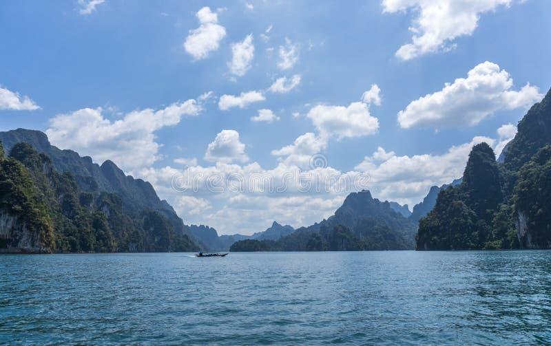 Wysokie epickie wapień falezy przy Cheow Lan jeziorem, Khao Sok park narodowy, Suratthani, Tajlandia zdjęcie stock