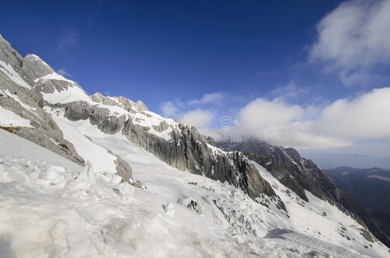 Wysokie góry pod świeżym śniegiem w zimie przyprawiają zdjęcie stock