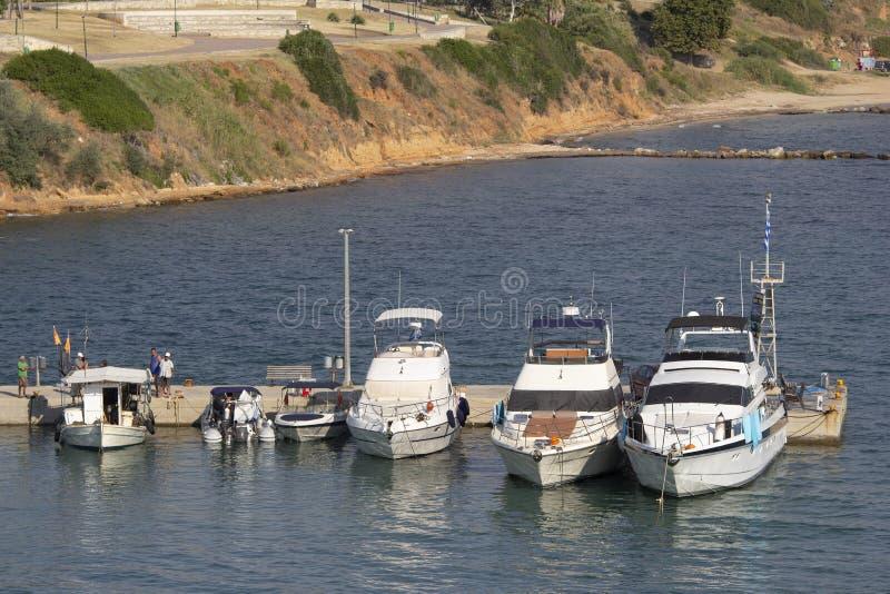 wysokie prędkości łodzie, łodzie rybackie na molu i, Halkidiki Grecja fotografia stock