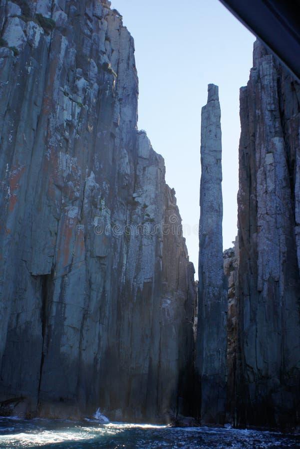 Wysokie Rockowe iglicy morzem zdjęcia stock