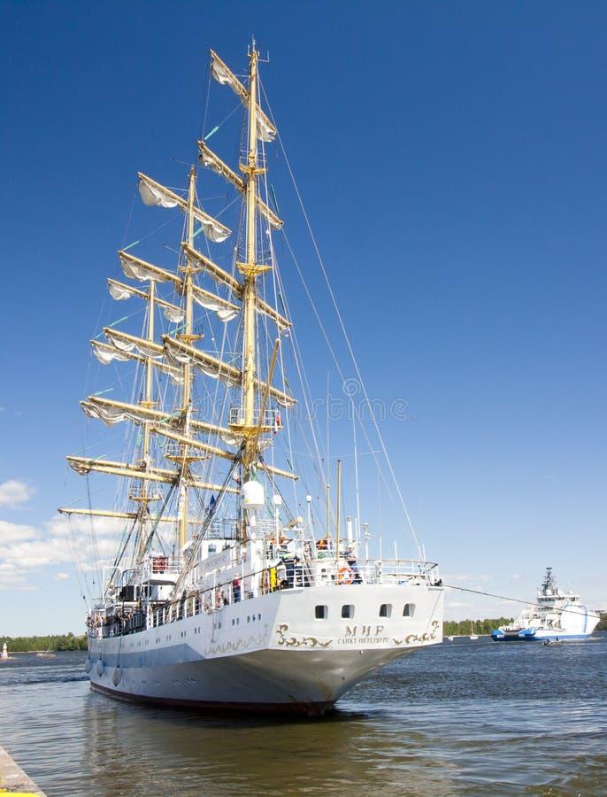 WYSOKIE statek rasy KOTKA 2017 Kotka, Finlandia 16 07 2017 Statek Mir opuszcza port Kotka, Finlandia zdjęcia stock