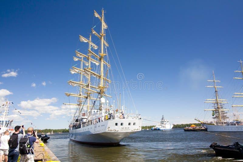WYSOKIE statek rasy KOTKA 2017 Kotka, Finlandia 16 07 2017 Statek Mir opuszcza port Kotka, Finlandia zdjęcie stock