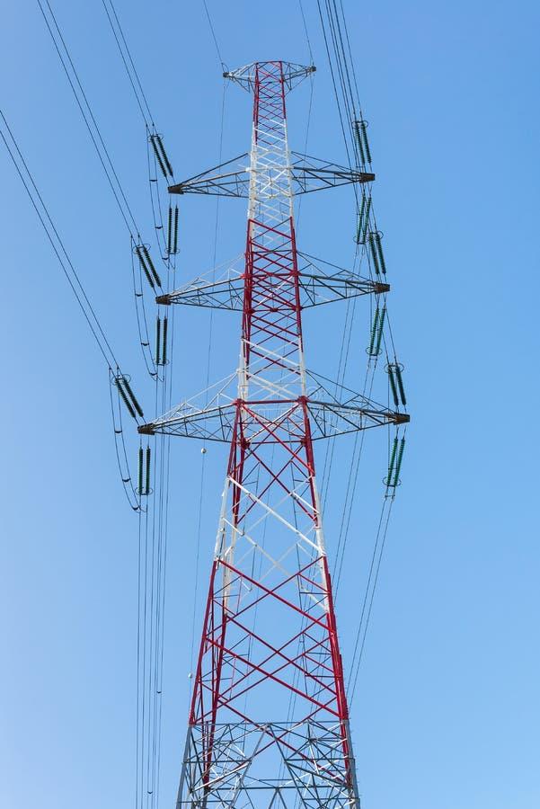 Wysokie woltaż linie energetyczne dla dystrybuci elektryczność obrazy stock