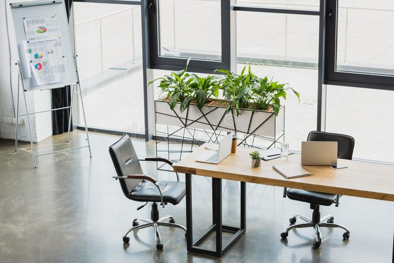 wysokiego kąta widok nowożytny biurowy wnętrze z elektroniką zdjęcie stock