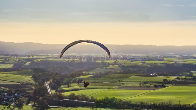 Wysokiego kąta paragliding sceneria fotografia royalty free