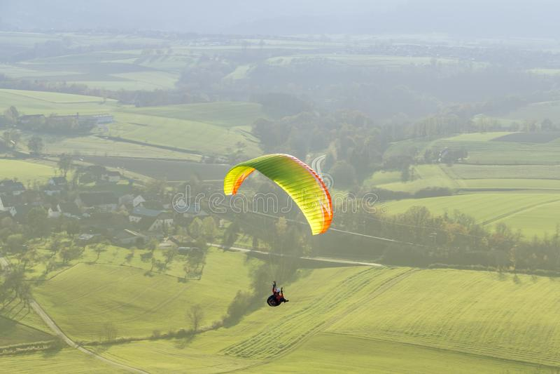 Wysokiego kąta paragliding sceneria obrazy stock