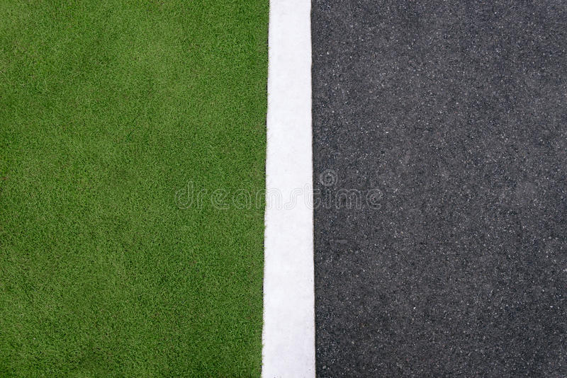 Wysokiego kąta widok asfalt ulica i trawa zdjęcie royalty free