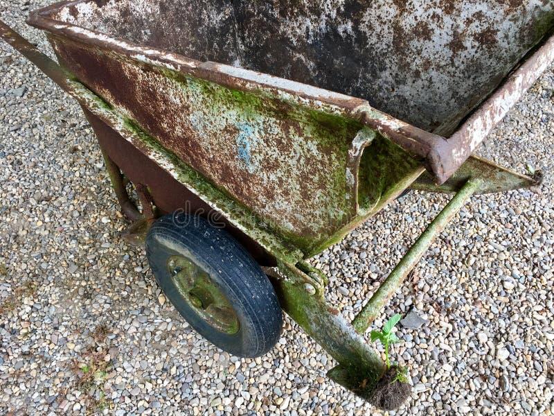 Wysokiego kąta widok bardzo ośniedziały i stary wheelbarrow ja zdjęcie stock