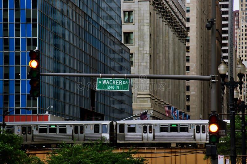 Wysokiego kąta widok Chicagowski ` zielonej liny s wynoszący pociąg i ślad na jeziorze i LaSalle ulicach w Chicagowskiej pętli fotografia stock