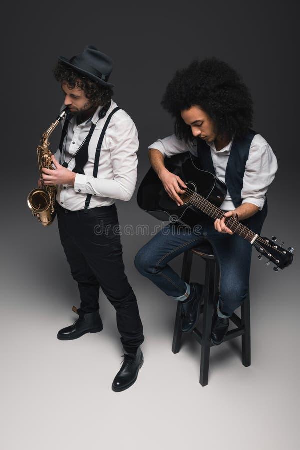 wysokiego kąta widok duet muzycy bawić się saksofon obraz stock