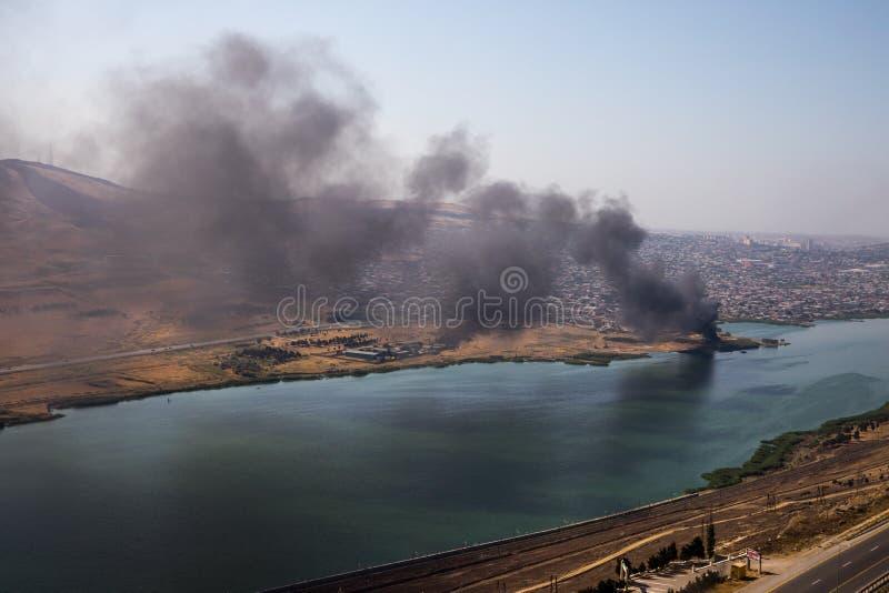 Wysokiego kąta widok dymny podesłanie od budynku Podpalenie przemysłowy magazyn, duży dymnej chmury podesłanie z wiatrem obraz royalty free